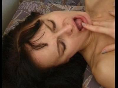 Schwarhaarige mit kleinen Titten und behaarter Muschi wird von Ihrem Stecher hart rangenommen