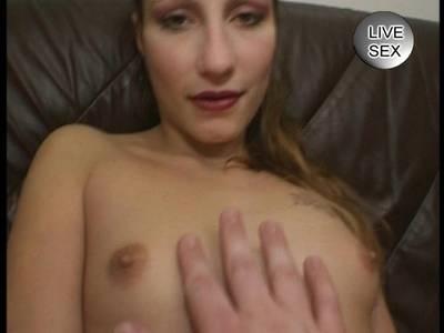 Slowakische Lustmuschi mit kleinen Titten und haariger Muschi macht es sich selbst beim Pornodreh