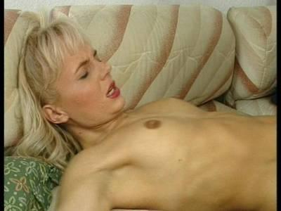 Blonde Schlampe mit schönen Titten und haariger Muschi zeigt mit Ihrem Freund was sie so alles drauf hat.