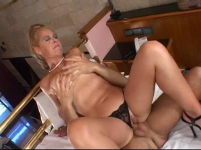 Geile blonde Hausfrauen MILF gibt alles im Wellnesshotel damit der harte Schwanz und die rasierte Muschi auch zu Ihrem Recht kommen