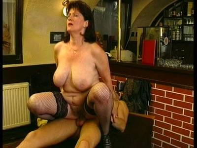 Porno - Mutter mit behaarte Fotze -  Großmutter fickt jungen Mann