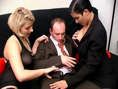 Geile MILF Lesben haben richtig Spass zu dritt und lassen es sich heftig besorgen