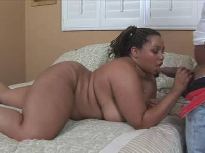 Ein schwarzes fettes Girl wird hemmungslos in die feuchte Möse gebumst