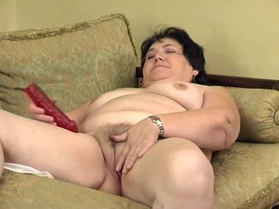 Reife Hausfrau mit dicken Titten und haariger Muschi macht es sich selber vor der Kamera