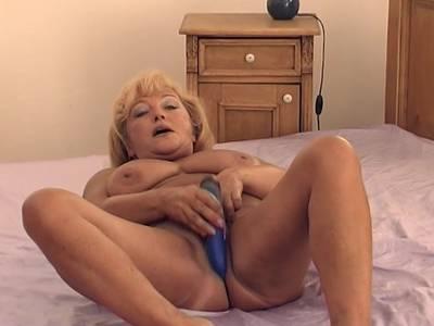 Geile Blonde Oma mit dicken Titten fickt ihre Fotze mit einem Dildo