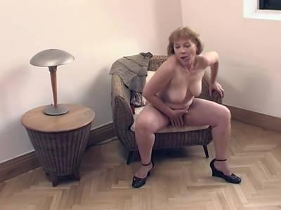 Geile Oma fickt sich mit einem Dildo Gilf Porno
