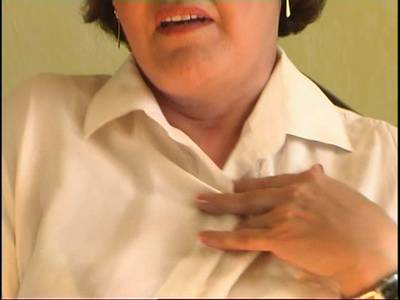 Mollige Großmutter mit falten schiebt sich einen Dildo in die Möse