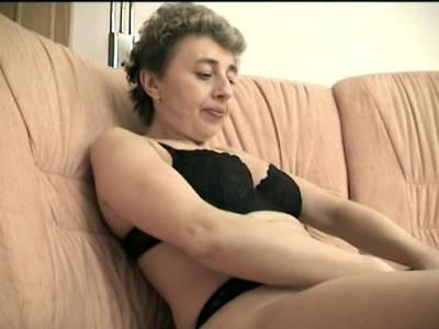 Oma fickt ihre Alte Fotze mit einem Dildo