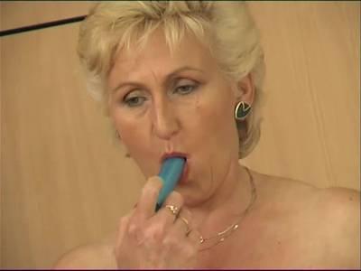 Oma mit Hängetitten in der Küche - Omasex Porno mit Dildofick