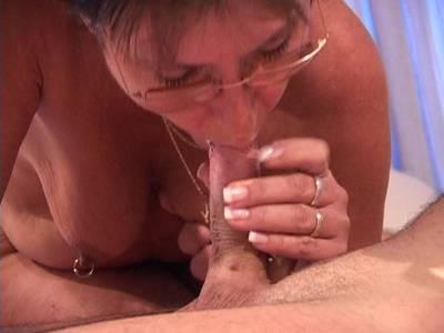 Reife Frau mit Enkelkindern dreht private Pornos
