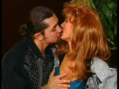 Rothaarige Oma wird hart auf dem Tisch gefickt - Omasex Porno