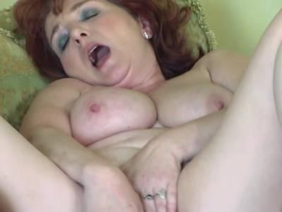 Sex Oma mit dicken Titten zeigt dir Ihre geile Fotze