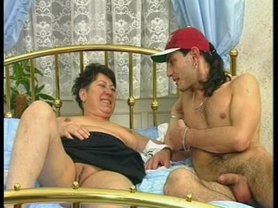 Fette alte Oma liebt es junge Schwänze zu blasen