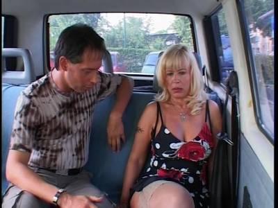 Blonde MILF mit dicken Titten und rasierter Muschi gleich im Auto gefickt