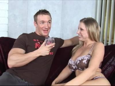 Geile Blonde Fotze mit dicken Titten und rasierter Möse  verführt jugentlichen Stecher mit dickem Schwanz