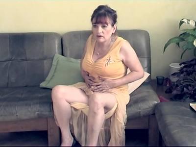 Heiße Granny mit Monster Brüsten verwöhnt sich selbst vorlaufender Kamera