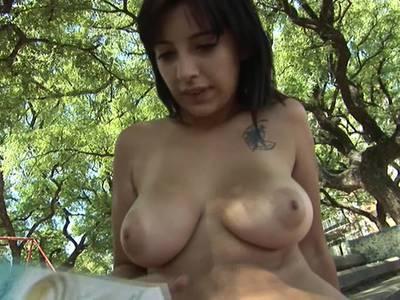 Geile Fotze mit großen Titten fickt gernen nackt in der Öffentlichkeit