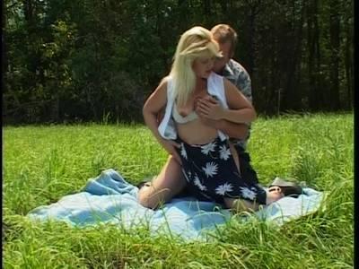 Mit der blonden Anhalterin im freien Ficken