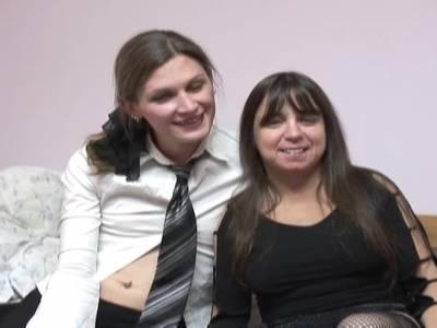 Leckschwestern mittleren Alters zeigen sich vor der Kamera und ficken mit Strapon