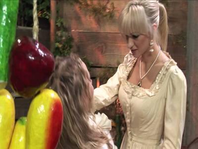 Zwei geile blonde lesben beim zärtlichen Liebesspiel