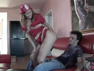 Die blonde Lustfotze mit kleinen Titten und rasierter Möse steht total auf Feuerwehrklamotten