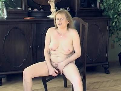 Reife, behaarte Lady besorgt es sich selbst!