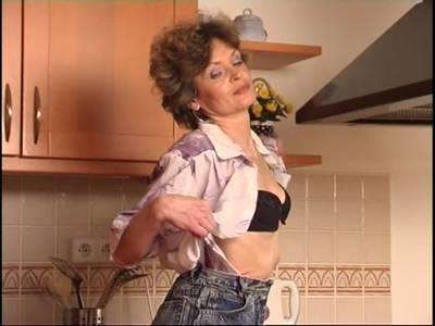Schlanke Hausfrau mit kleinen Titten wichst ihre behaarte Fotze